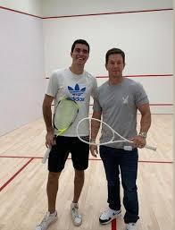 Mark Whalberg sur un terrain de squash